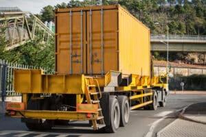 Ein Fachanwalt für Transport- und Speditionsrecht regelt rechtliche Rahmenbedingungen für den Transport von sensiblen Gütern