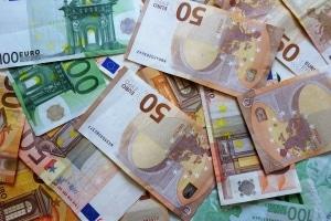 Für den Fachanwaltslehrgang müssen nicht selten rund 2.000 Euro eingeplant werden.
