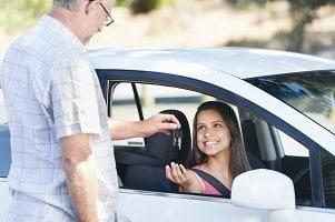 Seit mehreren Jahren können Sie die Fahrerlaubnis schon mit 17 erhalten.