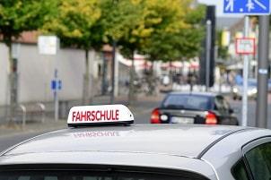 Bevor Sie eine Fahrerlaubnis beantragen können, müssen Sie eine Fahrschule besuchen.