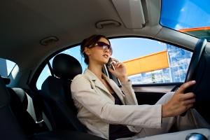 Fahrlässige Körperverletzung: Beim Autofahren sollte der Blick lieber auf den Verkehr gerichtet sein.