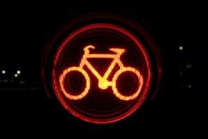 Mit dem Fahrrad eine rote Ampel missachten: Das Vorbeifahren gilt als Rotlichtverstoß.