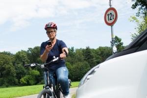 Wer beim Fahrradfahren mit dem Handy erwischt wird, muss mindestens ein Bußgeld von 55 Euro zahlen.