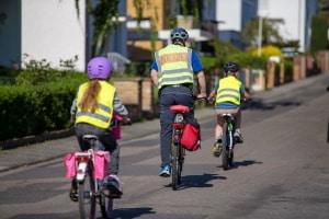 Das Fahrradfahren sollte mit einem Kind geübt werden.
