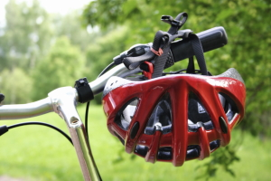 Für E-Bikes besteht mitunter eine Fahrradhelmpflicht.