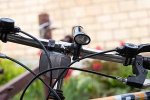 Eine Fahrradlampe kann auch abnehmbar und batterie- oder akkubetrieben sein.