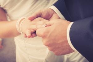 Nach einer Hochzeit müssen die Fahrzeugpapiere bei einer Namensänderung korrigiert werden.
