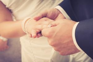 Familiennachzug: Der Ehepartner darf nachgeholt werden, wenn dieser nicht minderjährig ist.