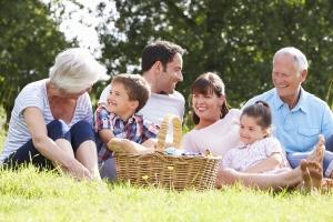Demenz und Alzheimer: Die Pflege stellt nicht selten für die gesamte Familie eine große Herausforderung dar.