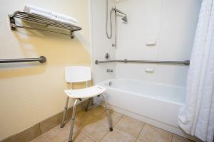 Eine anerkannte Pflegebedürftigkeit kann Zuschüsse für einen Badumbau rechtfertigen.