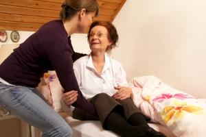 Anspruch auf Pflegegeld: Für die häusliche Pflege durch Angehörige kann dieser bestehen.