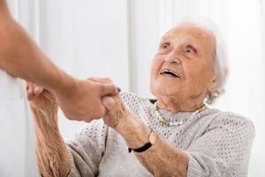 Bei Demenz können die Pflege und Betreuung zu Hause den Betroffenen helfen.