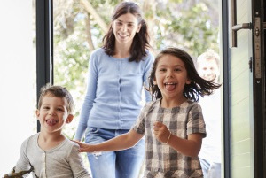 Ehegattenunterhalt: Wenn die Frau der Kinderbetreuung nachkommt, ist der Ehemann ihr gegenüber zahlungspflichtig.