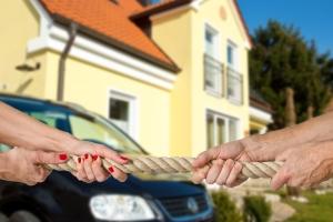 Streitigkeiten innerhalb der Erbengemeinschaft kann ein Testamentsvollstrecker ggf. verhindern.