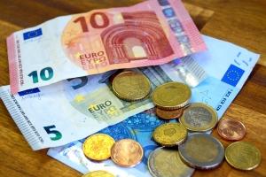 Für die Erbverzichtserklärung müssen die Erben beim Notar erscheinen. Dies ist mit Kosten verbunden.