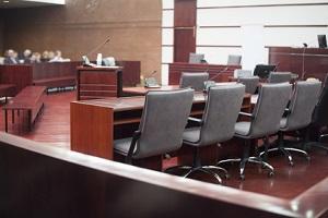 Vor Gericht müssen sich nicht beide Ehegatten von einem Scheidungsanwalt vertreten lassen.