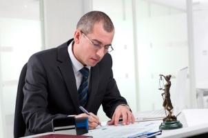 Ist eine volljährige Person geschäftsunfähig, kann laut Familienrecht ein gesetzlicher Betreuer bestellt werden.