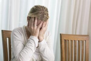 Gewalt in der Pflege: Zu den Ursachen zählen nicht selten Überforderung, Angst oder Verzweiflung.