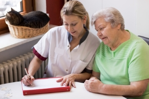 Ein häuslicher Pflegedienst kann bei der ambulanten Pflege unterstützen.