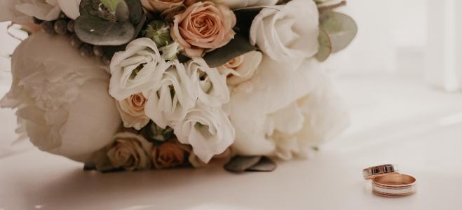 Die eigene Hochzeit kurzfristig absagen? Welche Kosten dennoch anfallen, erklärt dieser Ratgeber.