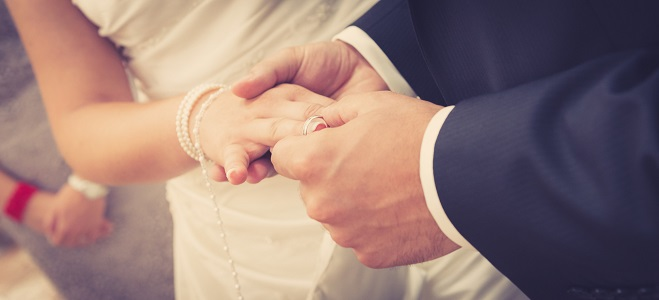 Was müssen Sie bei einer Hochzeit alles beachten und wie teuer kann eine Hochzeitsfeier werden? In unserem Ratgeber lesen Sie mehr dazu.