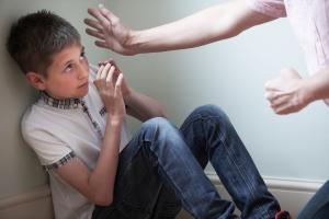 Kinderschutz: Erfährt das Jugendamt von einer Gefährdung, muss dieses aktiv werden.