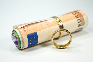 Kirchliche Trauung: Ist nur einer der Partner in der Kirche, kann die Eheschließung trotzdem ohne zusätzliche Kosten vollzogen werden.