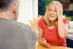 Der Mediator greift z. B. ein, wenn sich das Paare unfair behandelt.