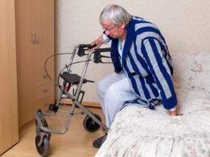 Ist die Mobilität beeinträchtigt, können beim Pflegegrad 2 Pflegehilfsmittel beantragt werden.