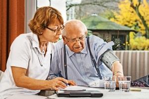 Wird die Pflege beim Pflegegrad 4 ambulant durch einen Pflegedienst geleistet, gibt es Pflegesachleistungen.