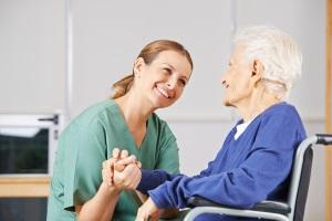 Ein Pflegegrad 4 ist mit Demenz oder körperlichen Beeinträchtigungen möglich.