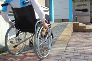 Grundsätzlich besteht die Möglichkeit, dass die Pflegekasse einen Treppenlift oder eine Rampe finanziert.