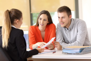 Bereiten Sie sich aufs Gespräch mit dem Rechtsanwalt für Familienrecht vor, damit Sie dann alle wichtigen Fragen stellen.