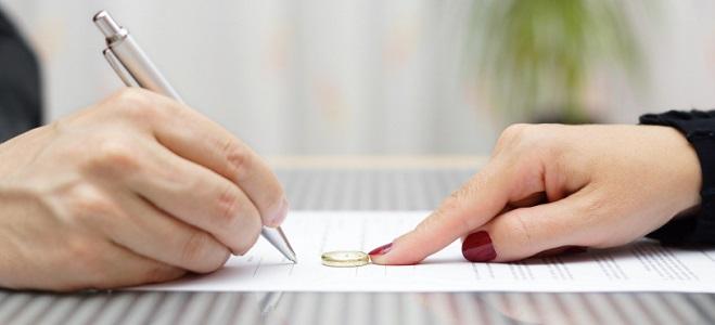 Möchten Sie die Scheidung einreichen, benötigen Sie einen Anwalt, der den entsprechenden Scheidungsantrag aufsetzt.