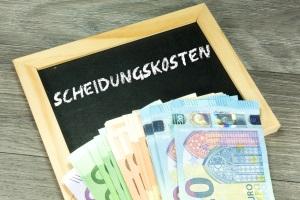 Scheidungskosten: Die Zusammensetzung enthält Gerichtskosten, Anwaltskosten und ggf. Notarkosten.