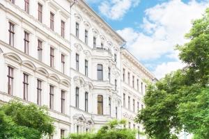 Schenkungssteuer: Ein Grundstück oder eine Wohnung kann unter Umständen ohne Zahlung einer Steuer verschenkt werden.