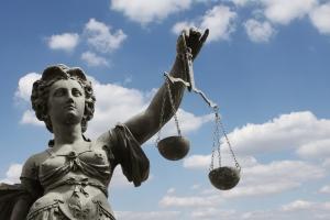 Aktive Sterbehilfe: Das Strafrecht kann die Tat strafmildernd als Tötung auf Verlangen einstufen.