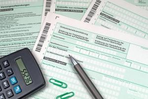 Überschreitet das Vermächtnis den Freibetrag, fällt Erbschaftssteuer an.