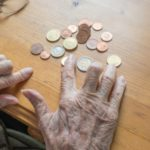 Wer bekommt das Pflegegeld überwiesen bzw. ausgezahlt? In unserem Ratgeber erfahren Sie es!