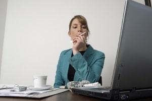 Auch Frauen überwachen die Internetaktivitäten anderer im Rahmen von Cyberstalking.