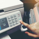 Zur Fristwahrung trotz Störung des gerichtlichen Faxgeräts muss ein Anwalt seinen fristgebundenen Schriftsatz ggf. auch zu später Abendstunde faxen.