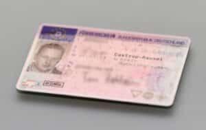 Der Führerschein ist das amtliche Beweisdokument, das die Erlaubnis zum Führen eines Fahrzeuges nachweist