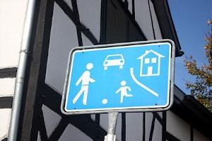 Fußgänger genießen im verkehrsberuhigten Bereich Sonderrechte.