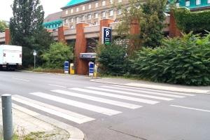 Bei einem Fußgängerüberweg sollten Autofahrer besonders aufmerksam sein.