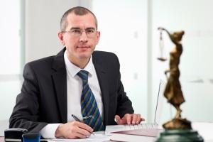 Anhand der im RVG enthaltenen Gebührentabelle berechnet ein Rechtsanwalt die Kosten seiner Dienste.
