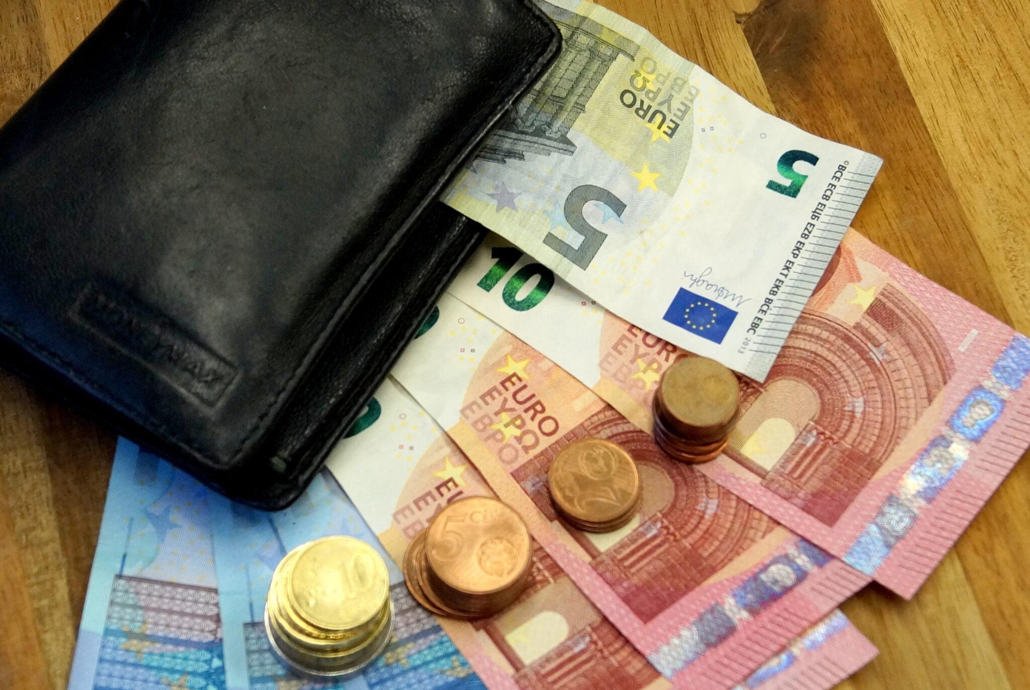 Geld und Portemonnaie - Aufnahme von oben