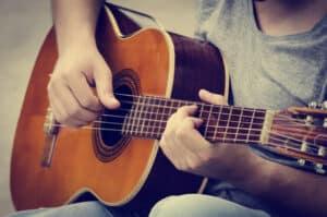 Die GEMA kümmert sich im Urheberrecht darum, dass Künstler für die Vergabe ihrer Nutzungsrechte ausreichend entlohnt werden