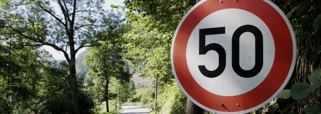 Welche Verkehrsschilder können eine Geschwindigkeitsbegrenzung aufheben? Und warum bedeutet das Ende nicht auch, auf die Tube drücken erlaubt?