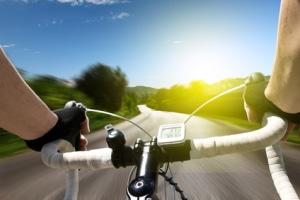 Zwar gilt auf Radwegen keine Geschwindigkeitsbegrenzung fürs Fahrrad, dennoch dürfen andere Personen durchs Tempo nicht gefährdet werden.