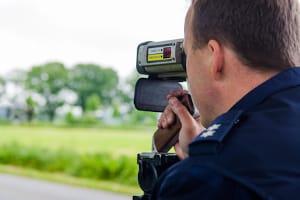 Die Geschwindigkeitsmessung per Laser wird von Polizeibeamten durchgeführt.